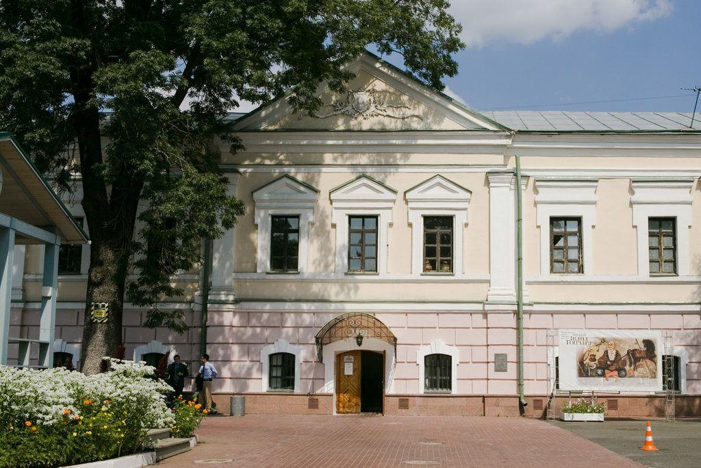 Следователи Госбюро расследований арестовали картины Порошенко, выставленные в музее