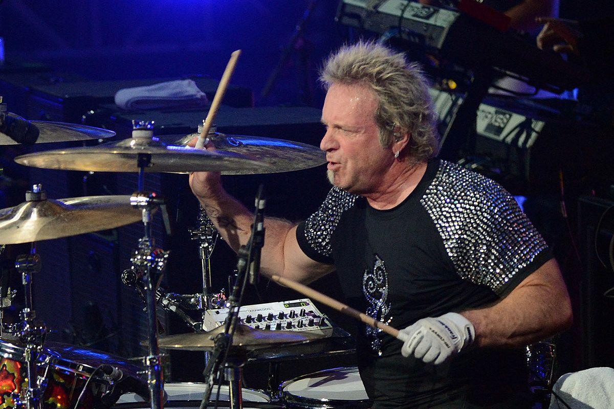 Исключенный барабанщик Aerosmith подал в суд на группу