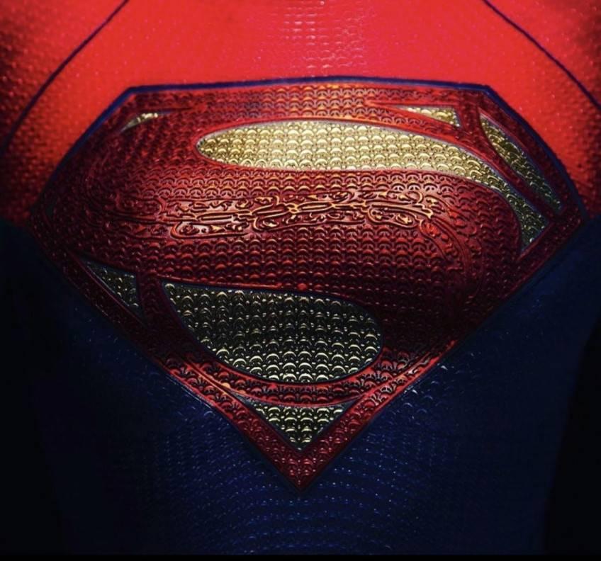 Режиссер «Флэша» показал лого накостюме Супергерл