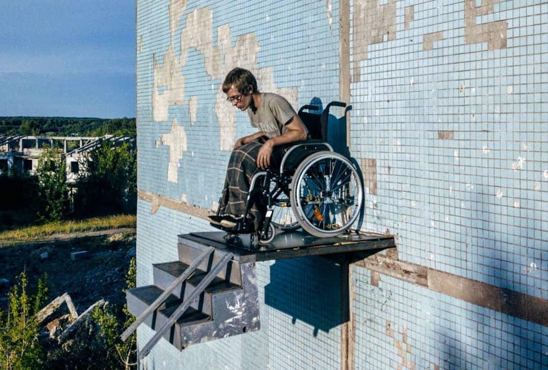 Самарский художник устроил перфоманс винвалидном кресле